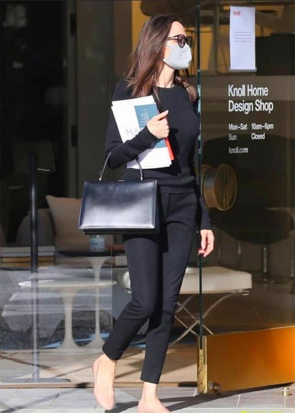 Angelina Jolie cầm theo một tập bản thiết kế nội thất để tham khảo.