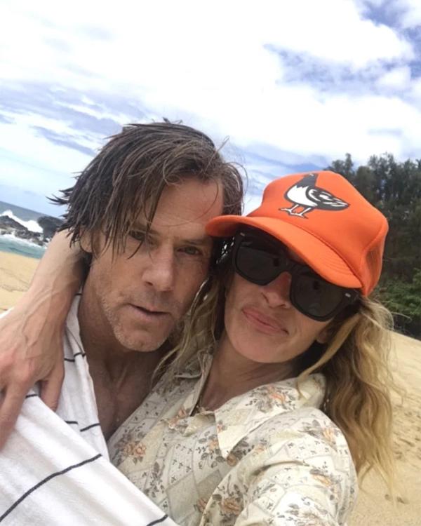 Julia Roberts đăng ảnh selfie mặt mộc bên ông xã nhân dịp 19 năm kết hôn.