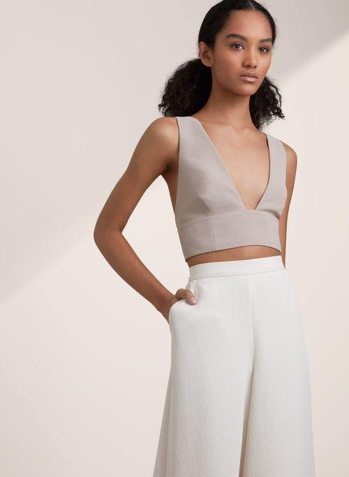 Đối với các mẫu áo hở eo sexy, người mặc cần chú ý chọn lựa các thiết kế có phần ráp phom tinh tế để việc thả rông vẫn an toàn - không lộ hàng.