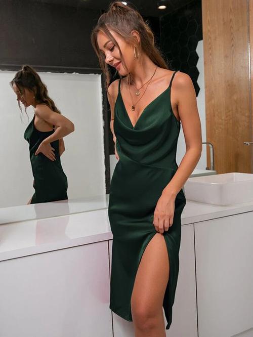 Váy lụa liền thân vào mùa nắng thường được bố đường xẻ cao đi kèm chi tiết hai dây để giúp người mặc nhẹ nhõm.