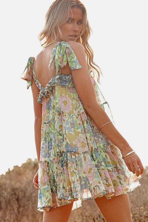 Váy in hoa rực rỡ sắc màu được thể hiện trên nhiều phom dáng giúp người mặc giải phóng hình thể hiệu quả.