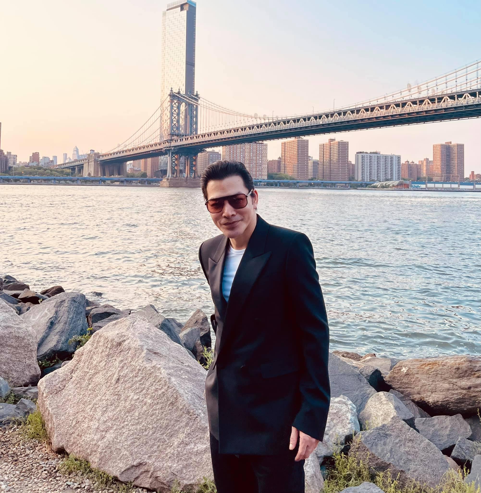 Hai bố con tham quan cây cầu Brooklyn nổi tiếng.