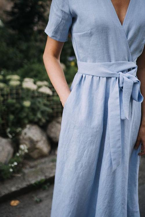 Nếu sợ mặc váy phom rộng sẽ bị lầm tưởng đang có em bé thì các nàng có thể tham khảo nhiều mẫu đầm vạt quấn, váy thắt eo tôn nét trang nhã.