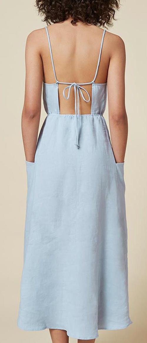 Váy áo khoe khoảng hở khi không mặc đồ lót nên thiết kế trên các loạt vải dệt có độ dày vừa phải, dễ thấm hút mồ hôi, tiện lợi trong việc dựng phom đứng dáng.