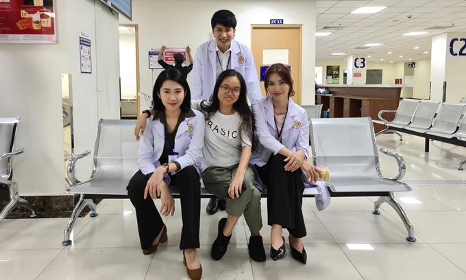 Chế Nguyễn Quỳnh Châu bên diễn viên Thúy Ngân, B Trần và đạo diễn Võ Thạch Thảo.