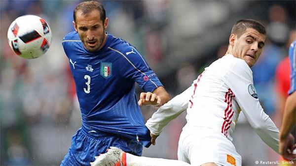 Một pha tranh bóng của Chiellini của Italy (áo xanh) và tiền đạo Morata của Tây Ban Nha tại Euro 2016