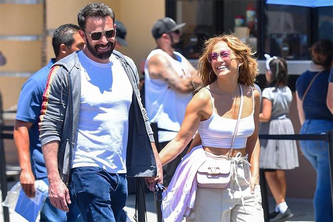 Jennifer Lopez bên Ben Affleck trong công viên giải trí ở Los Angeles vào cuối tuần trước.