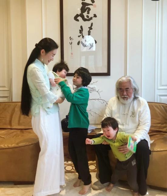 Ông Trương Kỷ Trung và vợ cùng các con.