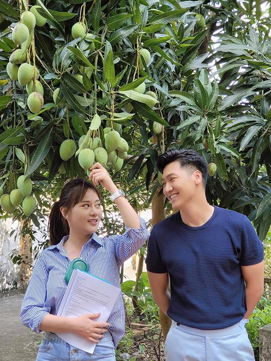 Phương Oanh và Mạnh Trường ở hậu trường.