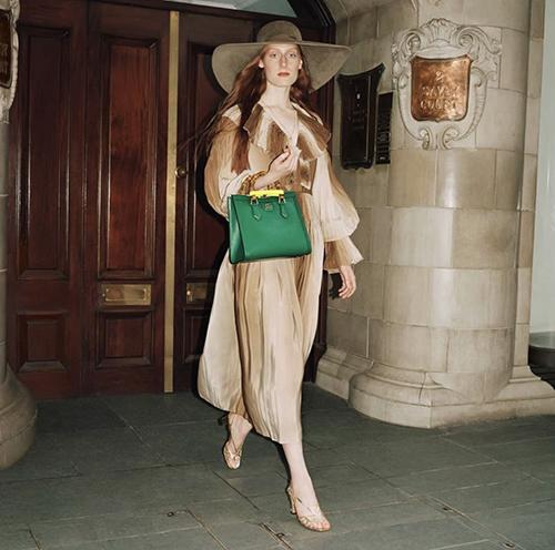 Mẫu Gucci Diana được giám đốc sáng tạo Alessandro Michele mô phỏng dáng túi cổ điển với ba kích cỡ khác nhau.