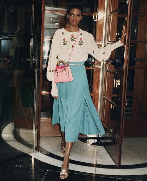 Dòng túi mini được trang trí thêm dâu đeo chéo và khiến kiểu phụ kiện trở nên trẻ trung, dễ mix đồ street style.