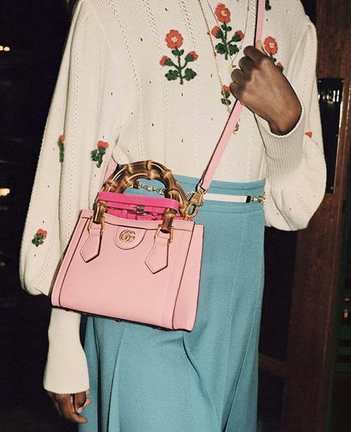 Những gam màu tươi sáng và dự báo sẽ được ưa chuộng ở mùa thời trang mới cũng được cập nhật ấn tượng qua từng thiết kế túi xách.