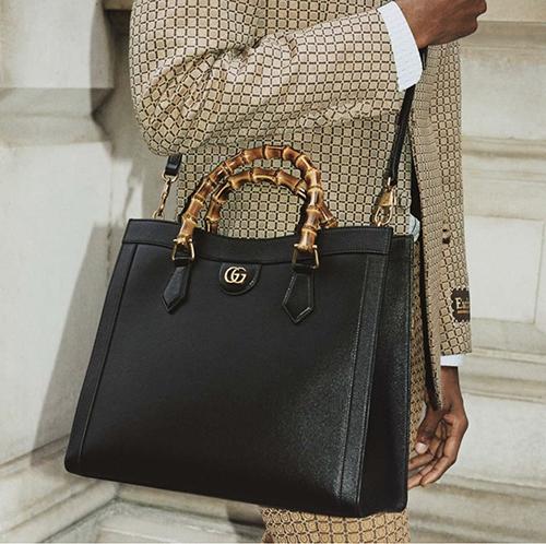 Túi quai tre dành cho phái mạnh của thương hiệu nổi tiếng được thiết kế trên tông đen, dáng vuông vức mang lại sự thanh lịch cho các chàng văn phòng sành điệu.