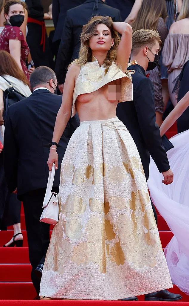 Người đẹp khoe ngực tại buổi khai mạc liên hoan phim Cannes.