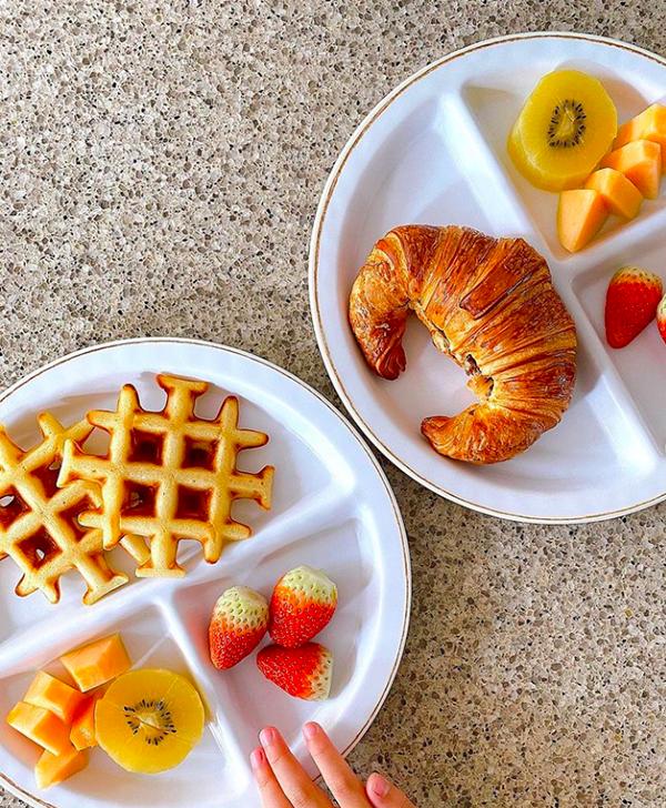 Bữa sáng yêu thích của Richard là bánh croissant chocolate và bánh waffle ăn với maple syrup. Tăng Thanh Hà chỉ mất 15 phút để chuẩn bị các món ăn này do bánh croissant đã làm từ trước đó còn bánh waffle có thể nướng nhanh bằng máy chuyên dụng. Cô bổ sung thêm một chút trái cây như dâu tây, đu đủ và kiwi cho con ăn đủ chất hơn.