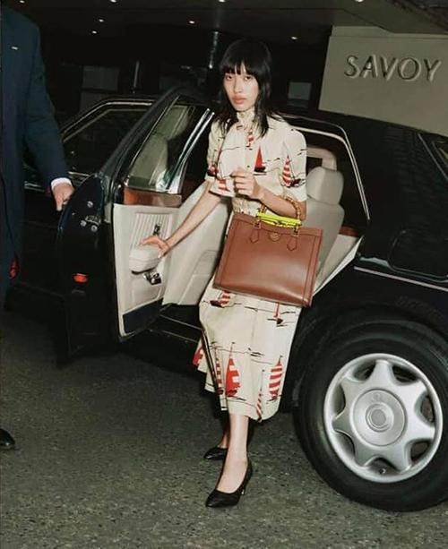 Phương Oanh sang Anh từ cuối tháng 1, cô không ngừng nỗ lực để tìm kiếm cơ hội phát triển sự nghiệp tại London. Trong gần 7 tháng qua, chân dài Next Top lần lượt góp mặt tại London Fashion Week, Milan Fashion Week và nhiều dự án quảng bá thời trang cho các thương hiệu nổi tiếng.