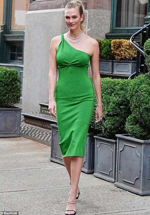 And Karlie Kloss xuất hiện trên đường phố New York tối 10/5. đầm xanh Galvan giá 525 bảng Anh