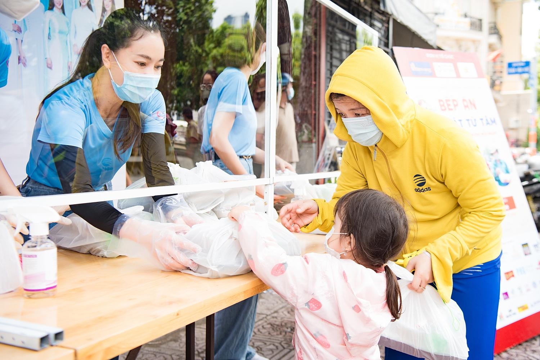 Chị Phạm Kim Dung tận tay gửi hộp cơm đến