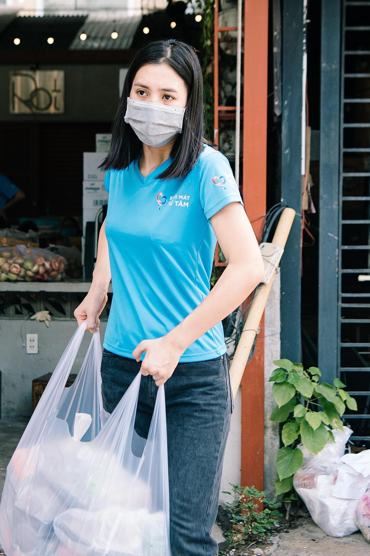 Không chỉ nấu ăn, cô còn bưng bê các nguyên liệu, hộp cơm thành phẩm đến khu vực tập kết.