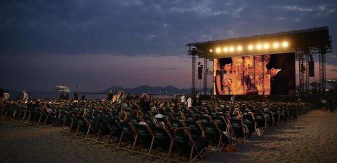 Tâm trạng khi yêu trình chiếu trên bãi biển Cannes trong khuôn khổ LHP Cannes 2021.
