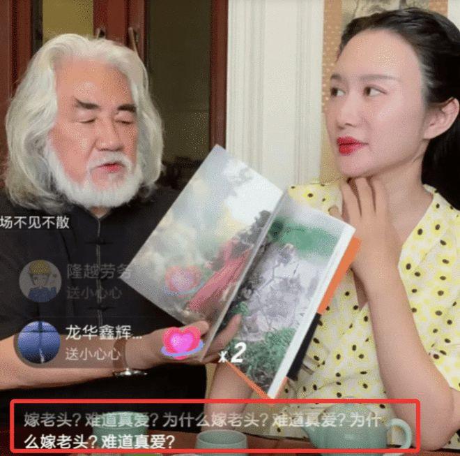 Ông Trương Kỷ Trung và vợ livestream.