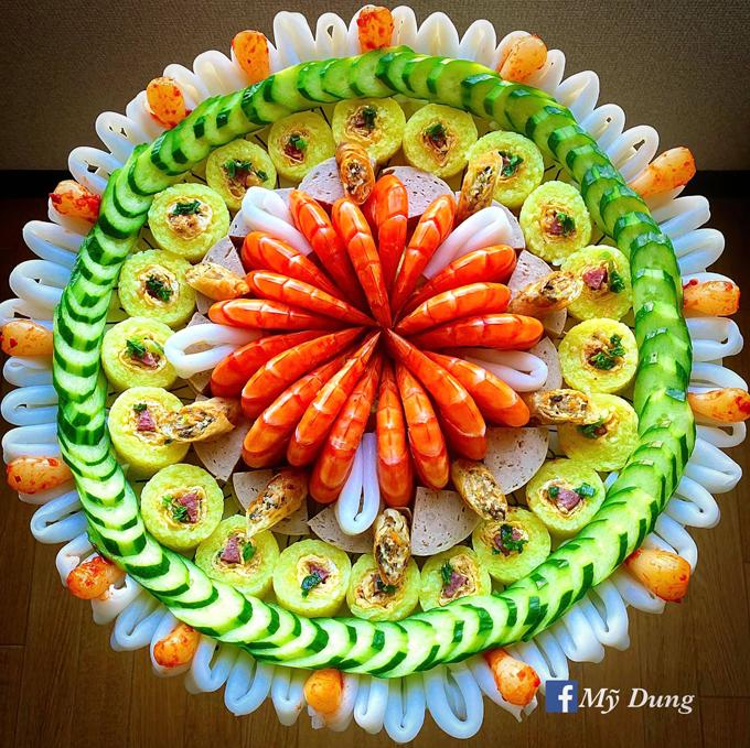 Cô gái trang trí hình tròn bằng các món ăn - 13