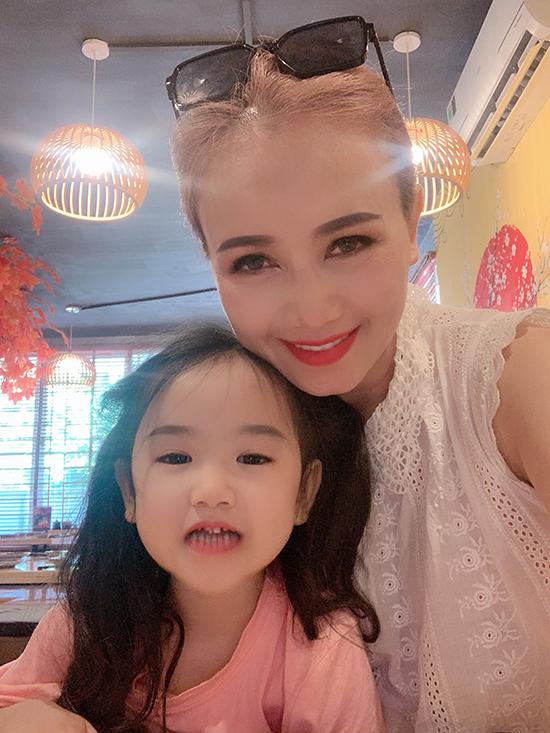 Hoàng Yến và con gái út, bé Mầm.