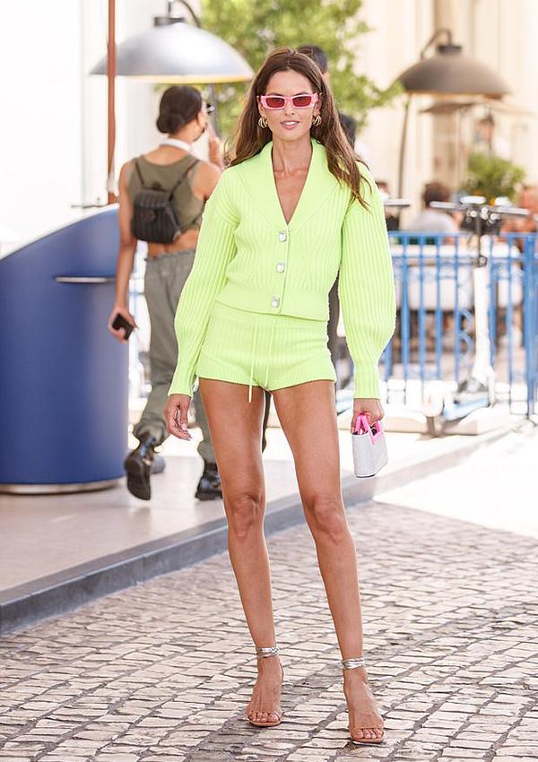 Xuất hiện bên ngoài khách sạn Martinez ở Cannes, miền nam nước Pháp, Izabel Goulart gây chú ý với set đồ sành điệu màu neon rực rỡ.