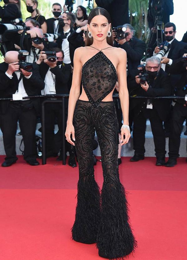 Còn khi bước lên thảm đỏ Liên hoan phim Cannes, Izabel chọn set đồ đen xuyên thấu đính kết tỉ mỉ của Etro, gồm áo yếm và quần dài xẻ dọc theo hông.