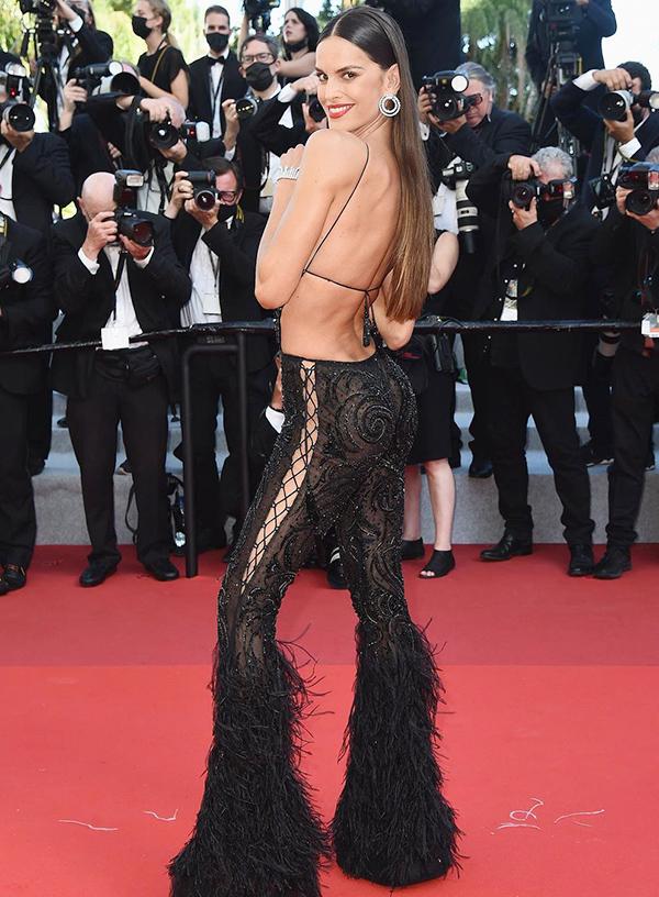 Vóc dáng mảnh mai, quyến rũ của nữ người mẫu được nhiều khán giả quốc tế khen ngợi.