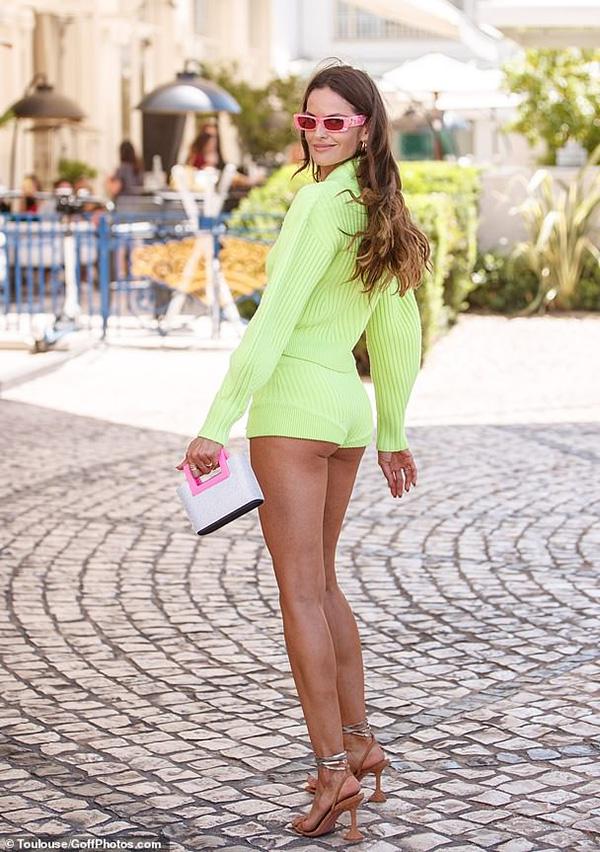 Chiếc quần chẽn vừa bó vừa ngắn giúp cựu thiên thần Victorias Secret khoe một phần vòng ba cùng đôi chân dài miên man.