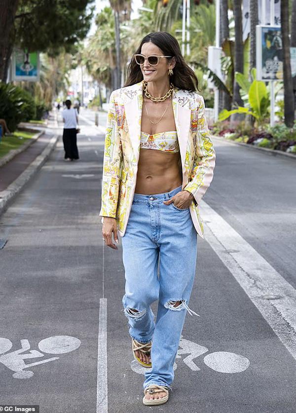 Cô phối thiết kế blazer Etro 1.595 bảng (hơn 51 triệu đồng) với áo bikini cùng hãng và quần jeans rách cạp trễ bụi bặm.