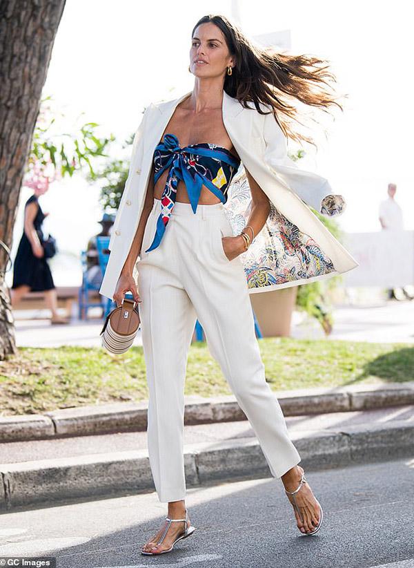 Ngay từ khi xuất hiện ở thành phố biển vào sáng 6/7, Izabel đã thu hút cánh săn ảnh bởi gu thời trang ấn tượng.