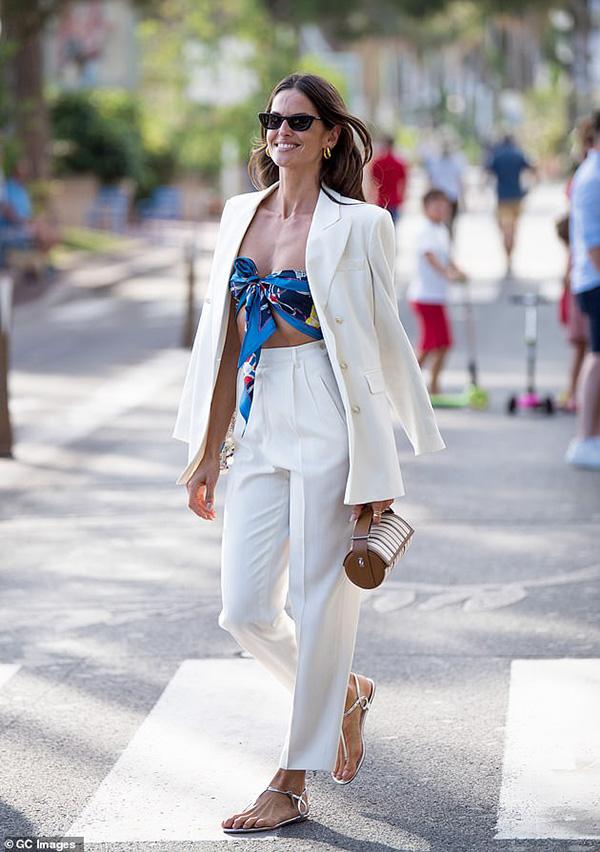Bộ suit trắng thanh lịch được mỹ nhân Brazil bổ sung nét phóng khoáng bằng bra-top buộc từ khăn lụa màu sắc nổi bật.