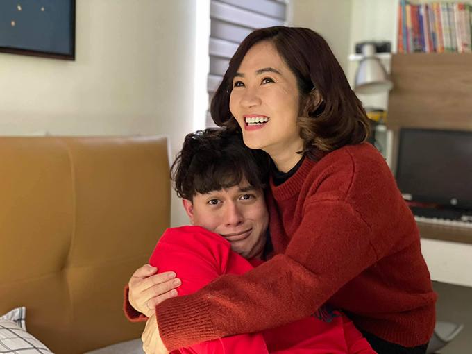 Quang Anh và mẹ Nguyệt Hằng tại hậu trường cảnh bà Hoài phát hiện ra con trai đã mất.