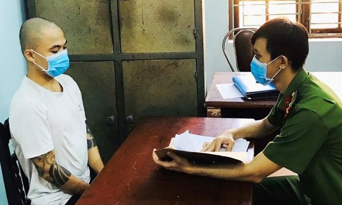 Phan Văn Mỹ khai báo với công anh về hành vi của mình. Ảnh: Sơn Thủy.