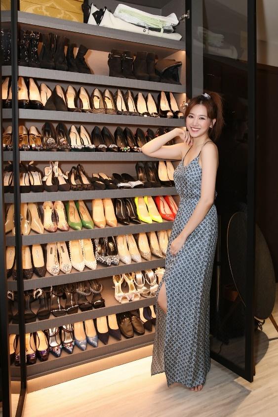 Bộ sưu tập giày của Hari Won được sắp xếp ngăn nắp, đếm sơ bộ lên đến cả trăm đôi giày với nhiều kiểu dáng, màu sắc và phong cách khác nhau, ước tính giá trị lên đến hàng tỷ đồng.