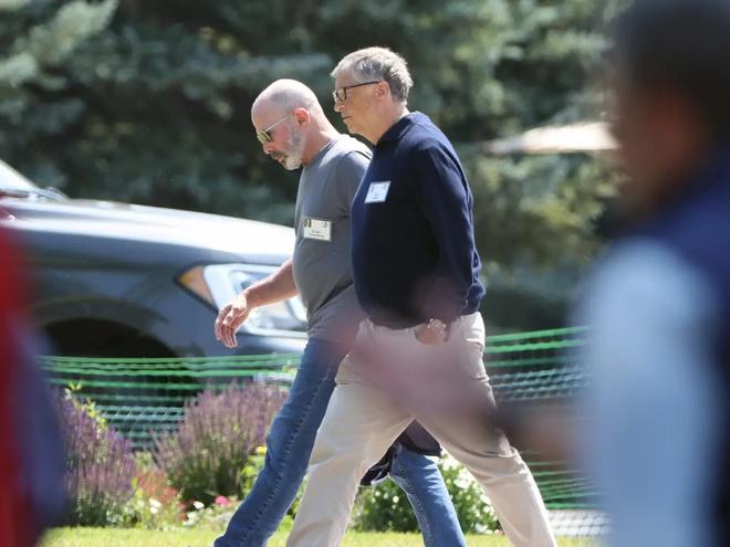 Bill Gates đi dạo cùng với tỷ phú Evan Greenberg, chủ tịch kiêm CEO của Chubb Limited. Ảnh: NYP.
