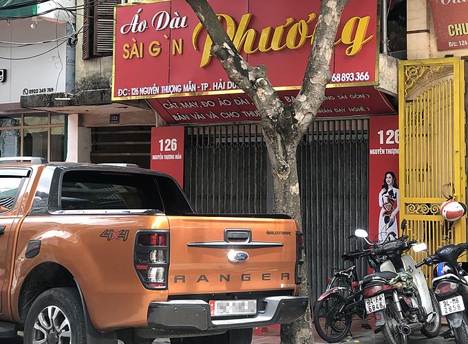 Cảnh sát khám xét bên trong căn nhà số 126 Nguyễn Thượng Mẫn, sáng 5/7. Ảnh: Phạm Dự.