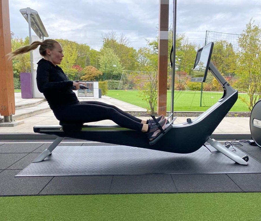 Kate tập luyện với row machine tại nhà.