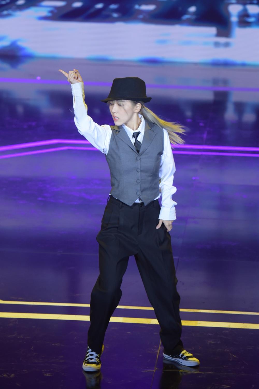Hậu Hoàng mang hình tượng mới lên sân khấu khi diện áo ghi lê, đội mũ rộng vành. Cô thể hiện vũ đạo dưới nền nhạc Wedding Dress của Taeyang (Big Bang).