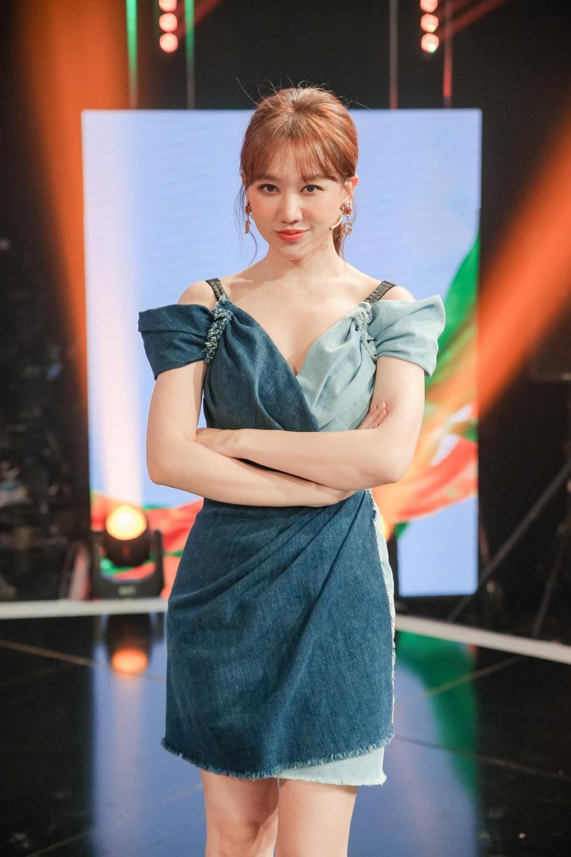 Giám khảo Hari Won cực kỳ phấn khích sau phần thi của Liz Kim Cương: Chị có thể lên cắn em một cái được không? Thiệt là thấy ghét! Cái biểu cảm đã thật sự! Quan trọng nhất là thần thái toả sáng. Em là ngôi sao của chương trình này.
