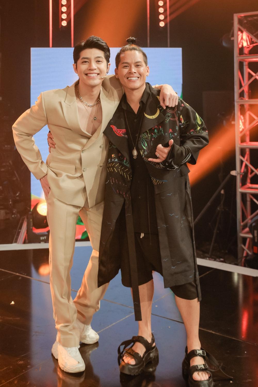 Noo Phước Thịnh (trái) và John Huy Trần là giám khảo chủ chốt của chương trình. Sàn đấu vũ đạo sẽ lên sóng vào 19h30 thứ 7 hàng tuần trên kênh HTV7.