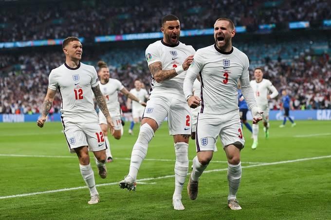 Tuyển Anh ăn mừng bàn thắng từ phút thứ hai của Luke Shaw.
