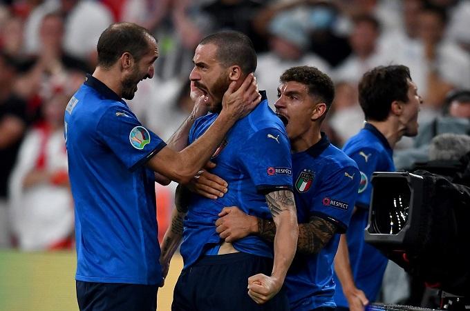 Đội trưởng Chiellini chúc mừng Berardi sút thành công quả penalty đầu tiên.