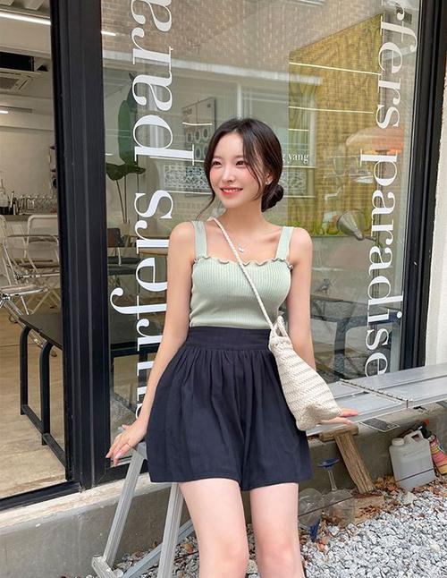 Áo hai dây vải dệt kim mỏng, vừa tôn vòng một hiệu quả vừa dễ phối hợp ăn ý cùng các mẫu váy ngắn, quần short, thậm chí cả váy chân váy midi.