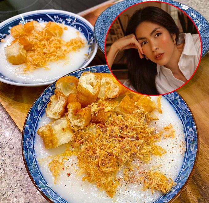 Người hâm mộ dần quen thuộc với thực đơn nấu ăn mỗi ngày một món của Tăng Thanh Hà. Cô xứng danh là đầu bếp quốc dân của showbiz Việt vì khả năng truyền cảm hứng ẩm thực cho người khác. Không chỉ chồng con và gia đình, hội bạn của nàng ngọc nữ thường xuyên được ăn ké các món ngon do cô chế biến. Những ngày đầu đợt giãn cách này, Hà Tăng nấu một số món ăn đơn giản, bổ dưỡng như cháo sườn ruốc quẩy (loại cháo xay).