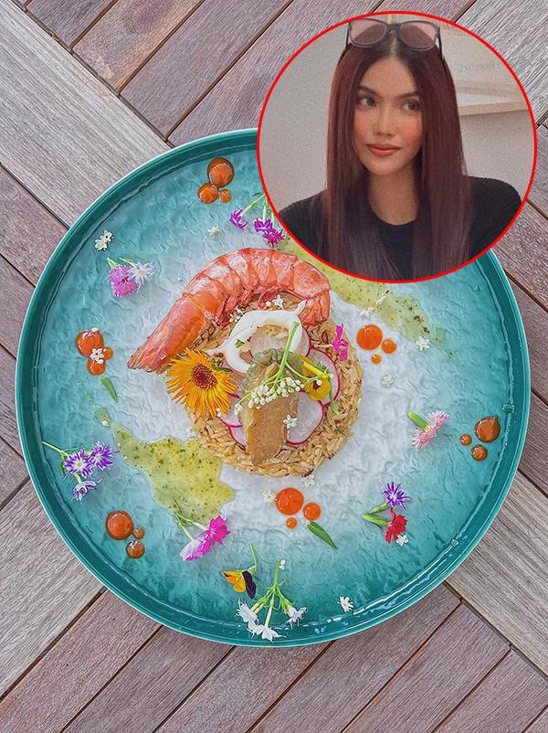 [Caption] Cơm hải sản nấu hoàn toàn theo kiểu Á nhưng được trang trí theo kiểu Âu. Bỏ chút công trang trí, món ăn đơn giản cũng bớt nhàm chán.