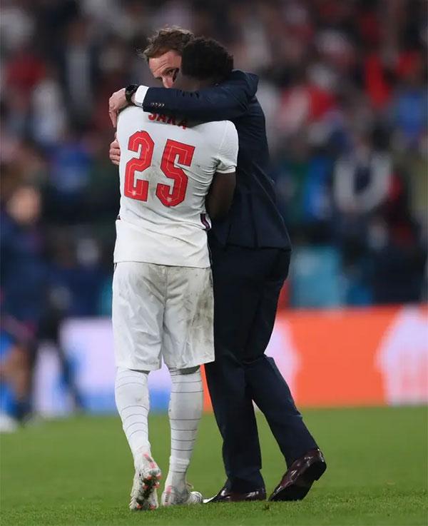 HLV Gareth Southgate an ủi Saka sau khi học trò tuổi teen đá hỏng quả 11m cuối cùng. Ảnh: PA.
