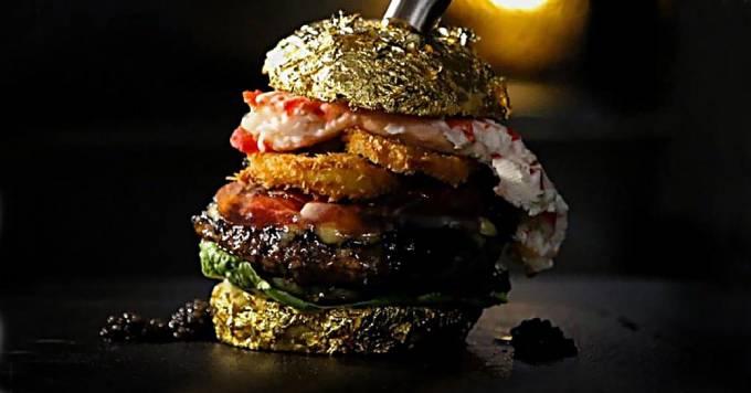 Chiếc bánh kẹp thịt trị giá 6.000 USD của ông chủ nhà hàng De Daltons. Ảnh: O.C.